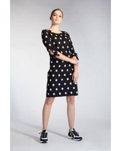 Zwarte A-lijn jurk met witte polkadots van Juffrouw Jansen