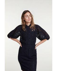 Kanten blouse donkerblauw met pofmouw en knoopjes van OUI